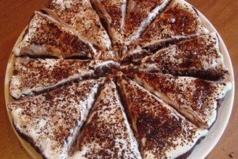 Такой лёгкий торт хочется есть еще и еще! И готовится проще не придумаешь!