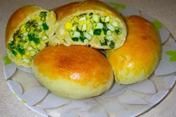Пышные пирожки с зеленым луком и яйцом